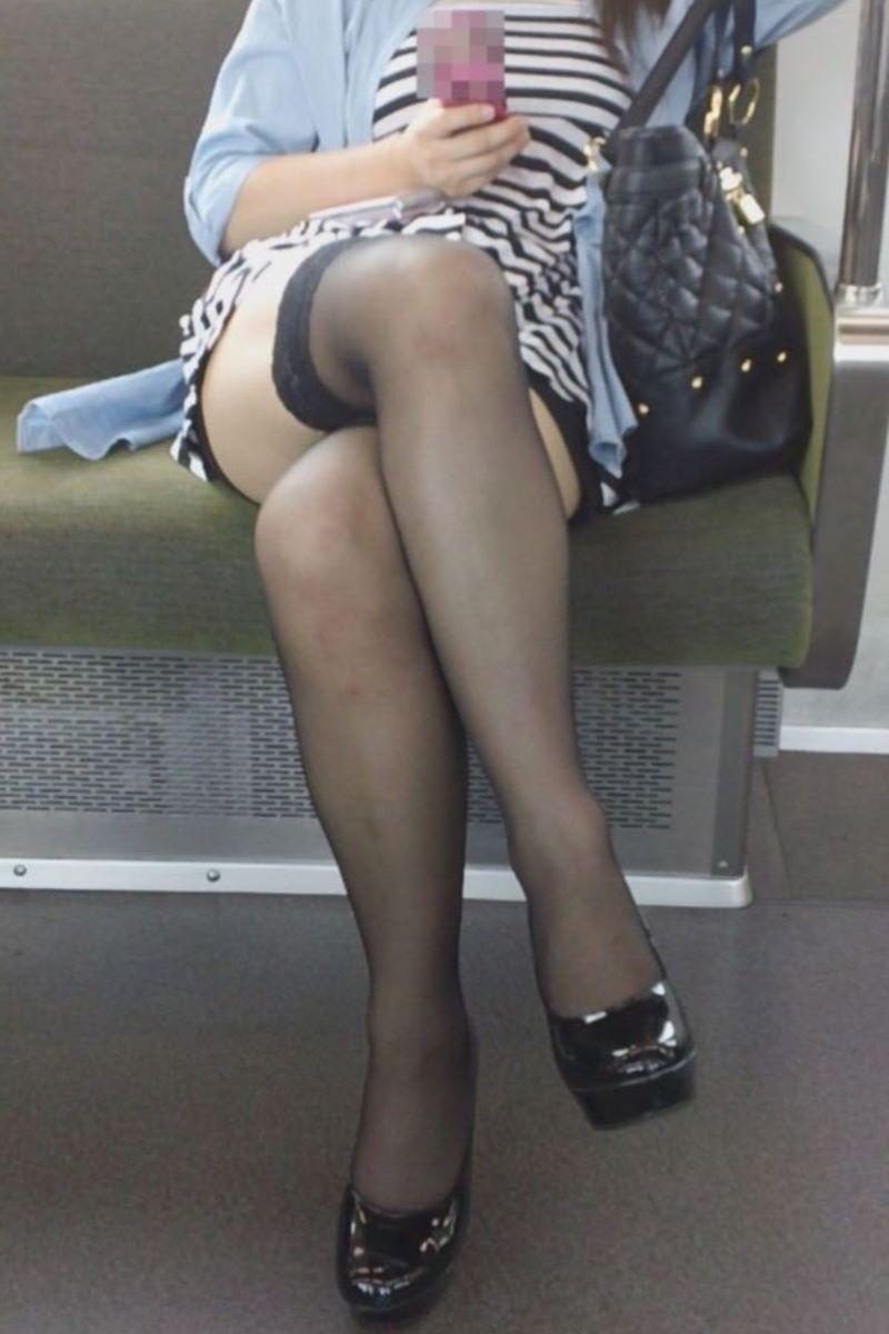 電車内 足組み 太もも画像 60