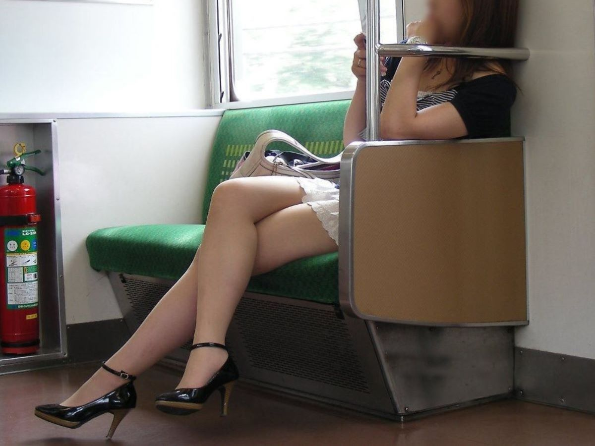 電車内 足組み 太もも画像 63