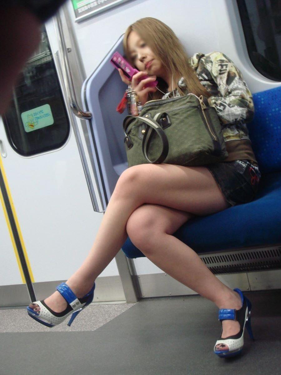 電車内 足組み 太もも画像 69