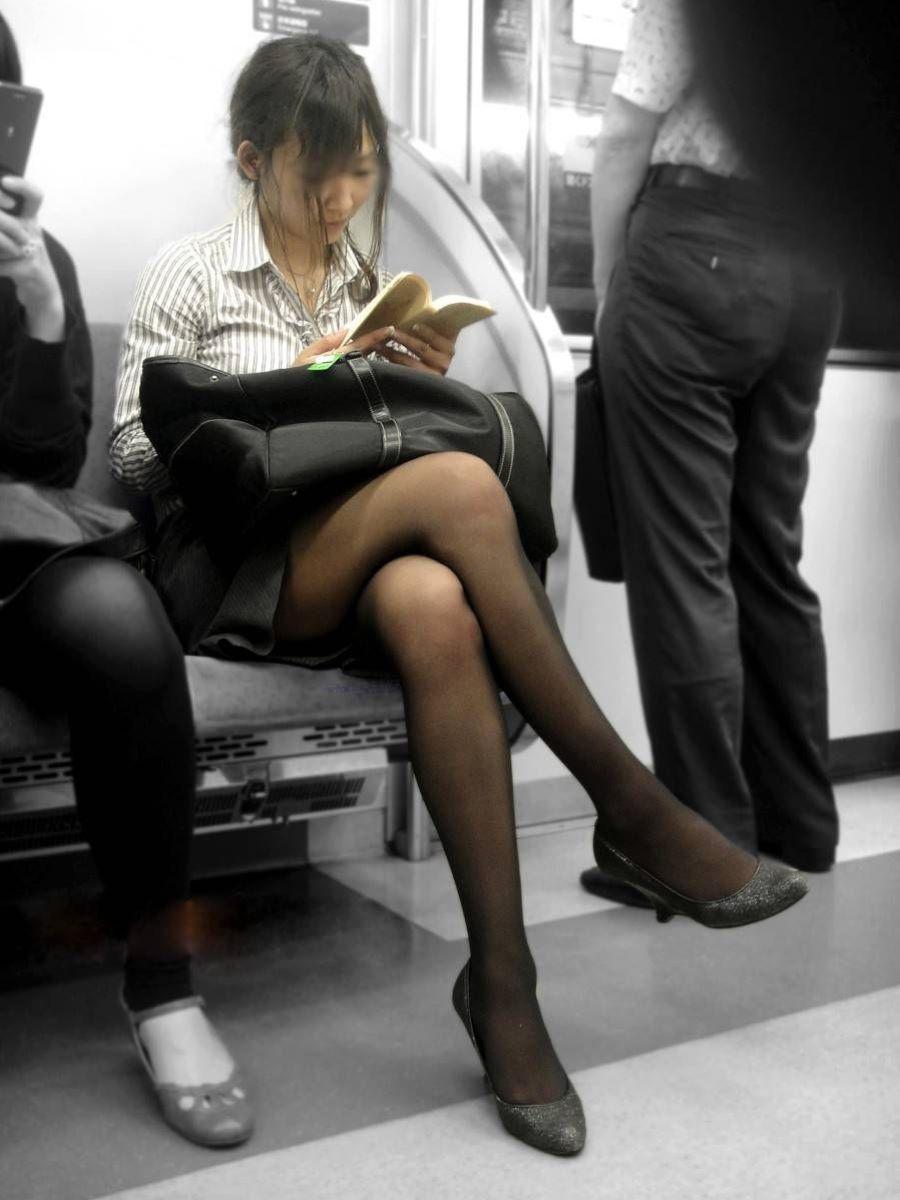 電車内 足組み 太もも画像 70