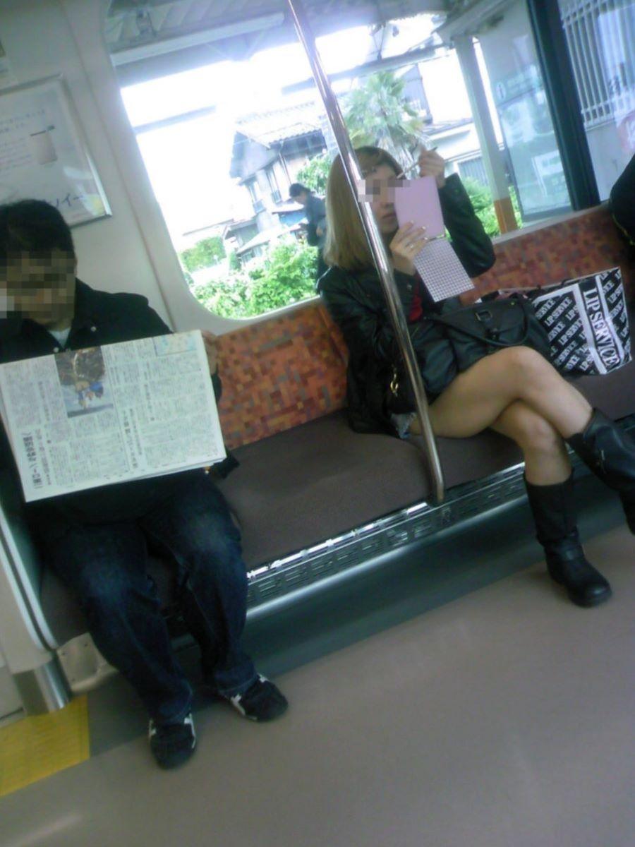 電車内 足組み 太もも画像 73