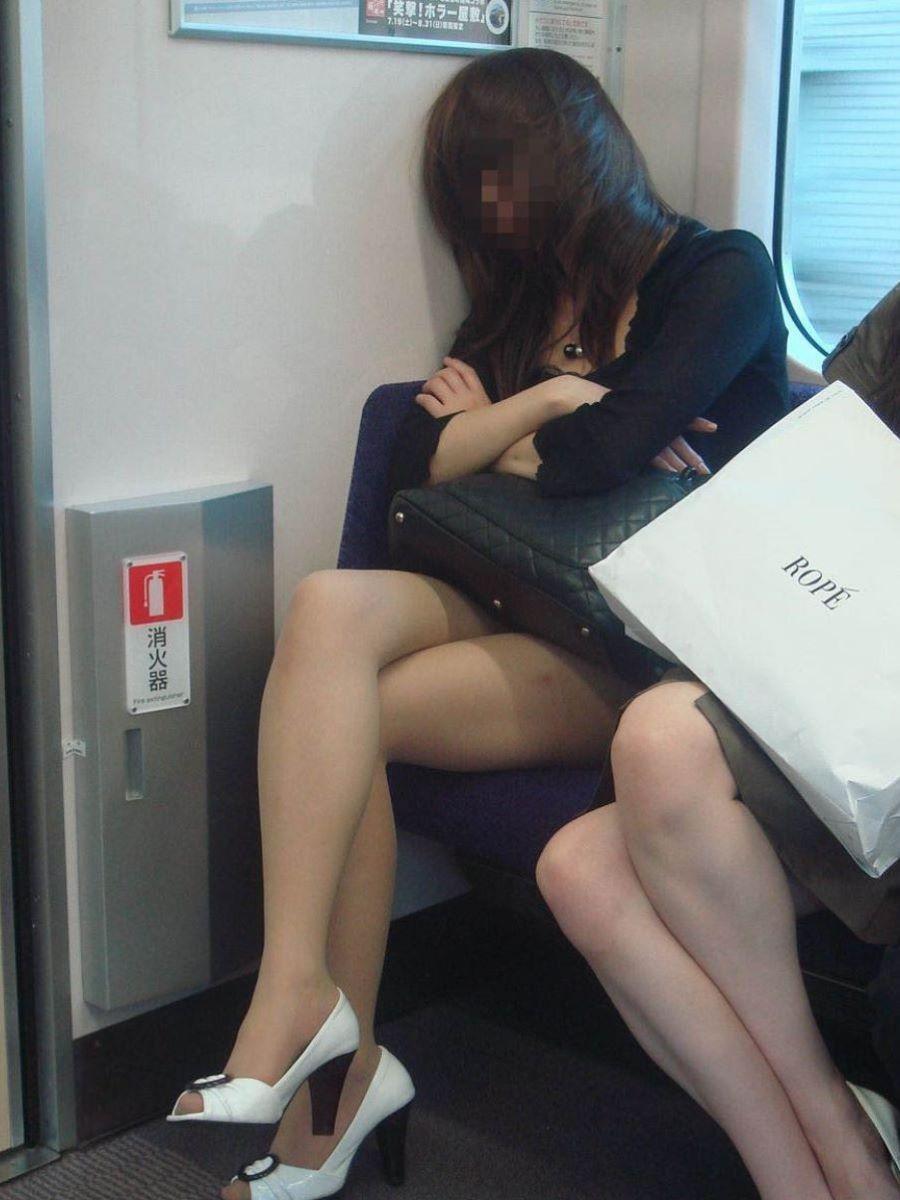 電車内 足組み 太もも画像 97