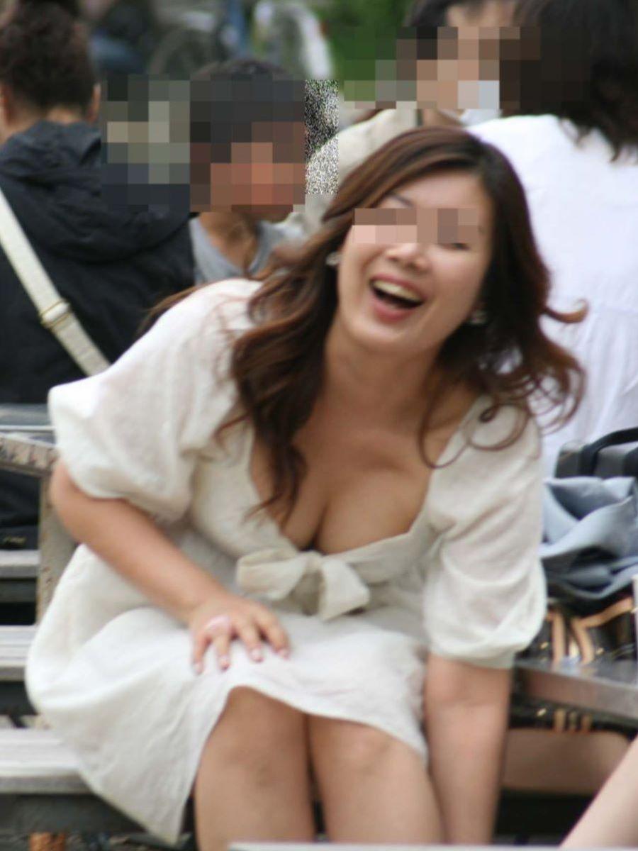 胸チラ 素人奥さん ゆるい胸元 エロ画像 15