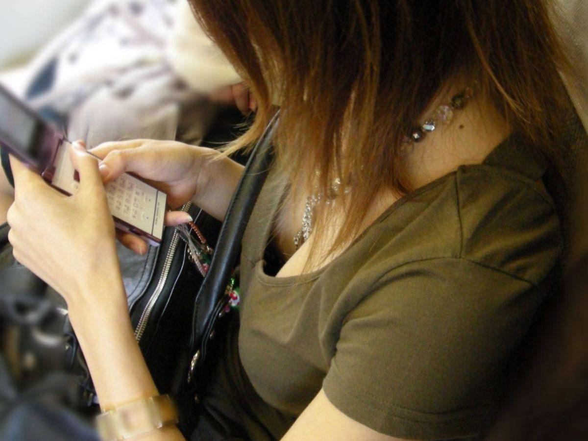 胸チラ 素人奥さん ゆるい胸元 エロ画像 16