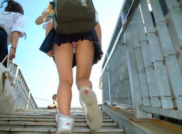 太ももを舐めたくなる登下校中のJK街撮りエロ画像