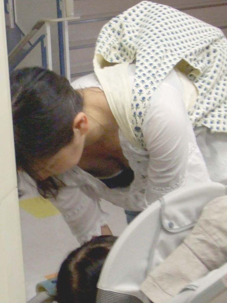子連れママ 人妻 胸チラ画像 3