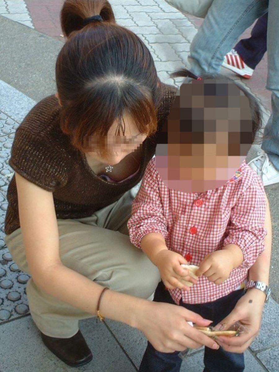 子連れママ 人妻 胸チラ画像 37