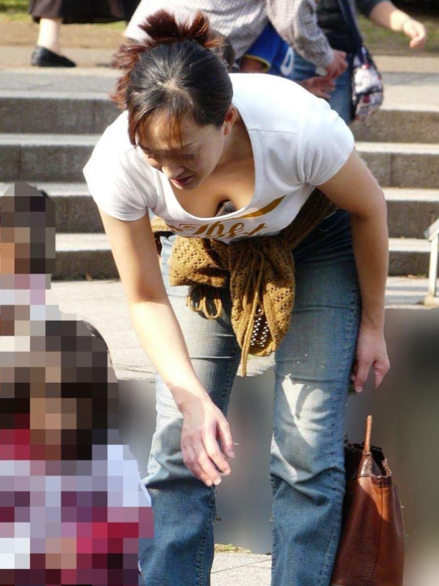 子連れママ 人妻 胸チラ画像 50