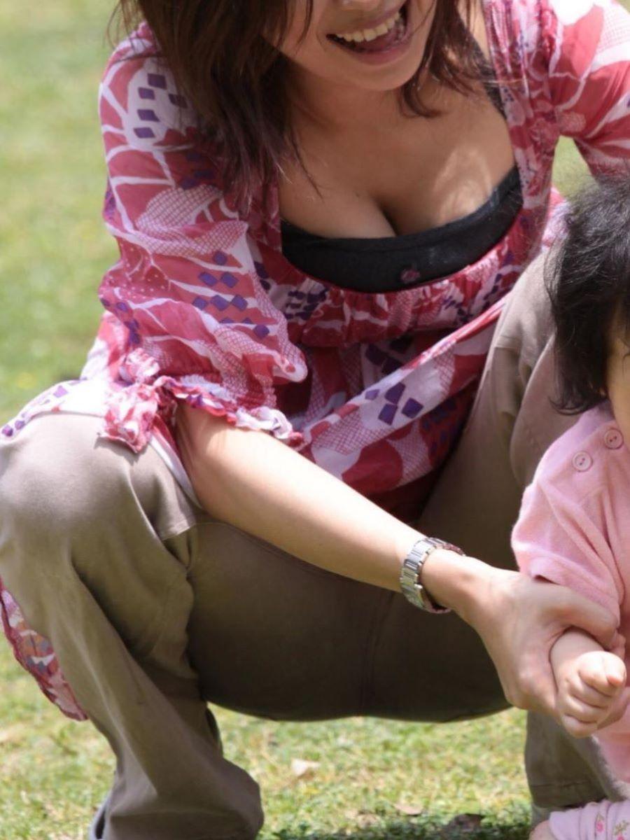 子連れママ 人妻 胸チラ画像 55
