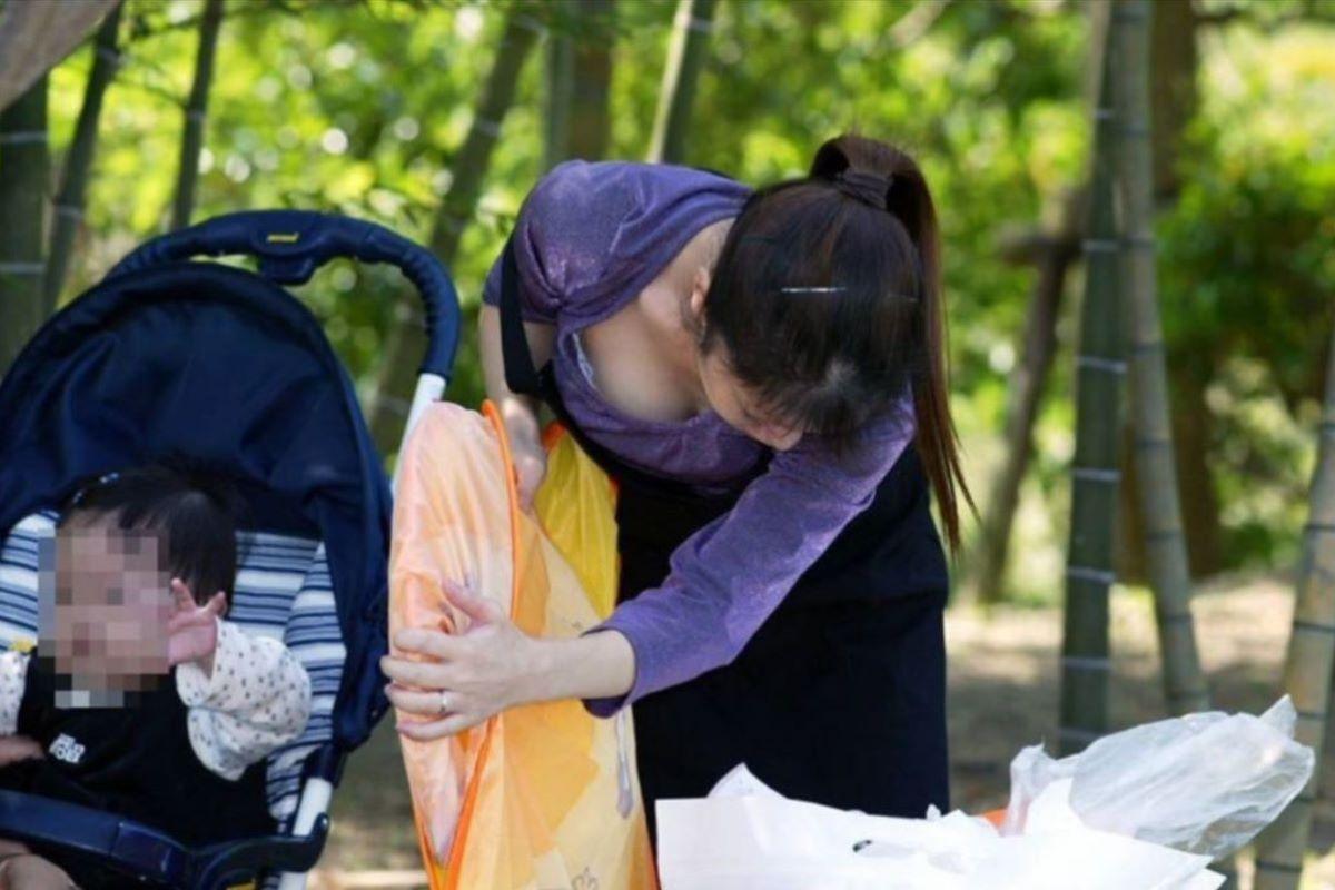 子連れママ 人妻 胸チラ画像 79