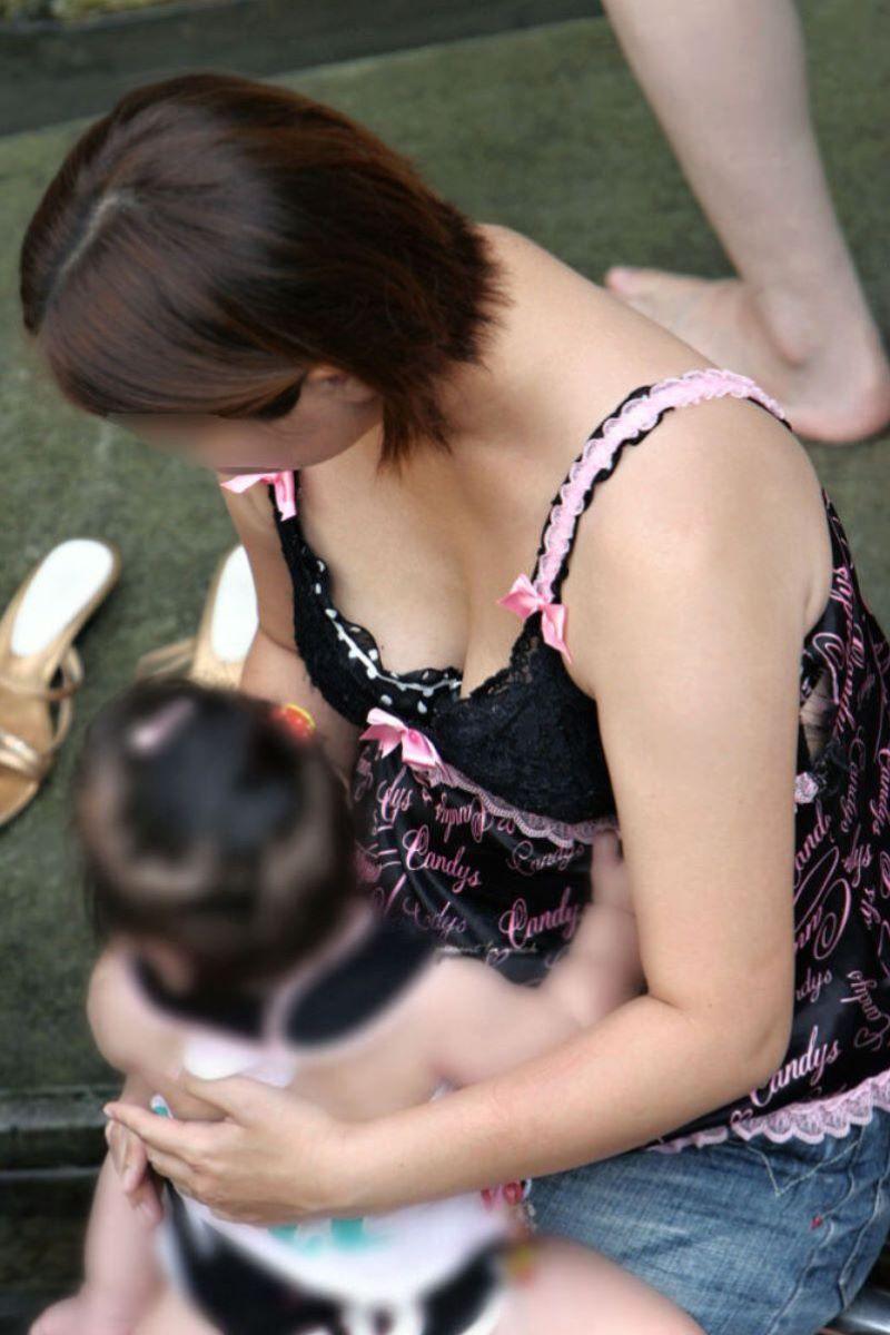 子連れママ 人妻 胸チラ画像 97