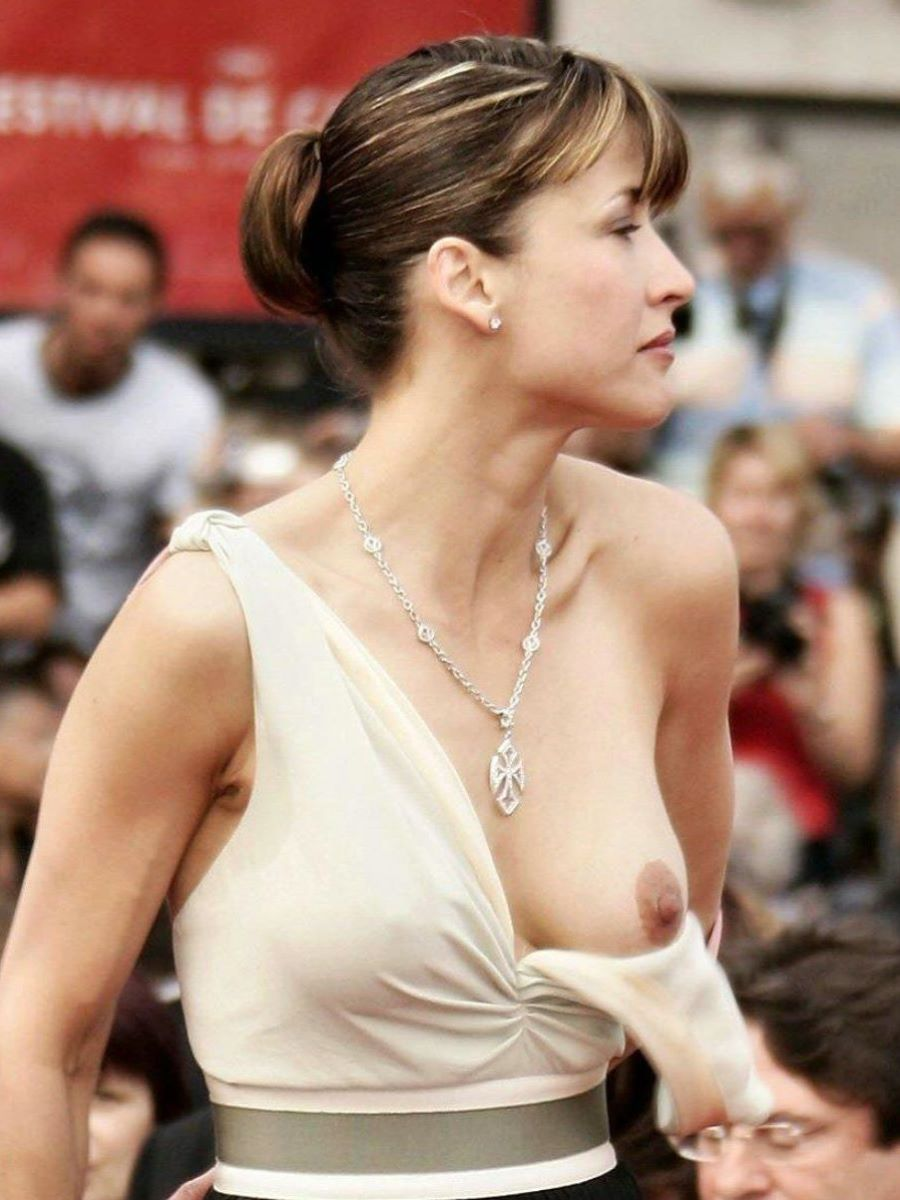 ノーブラ外国人 胸チラ画像 21