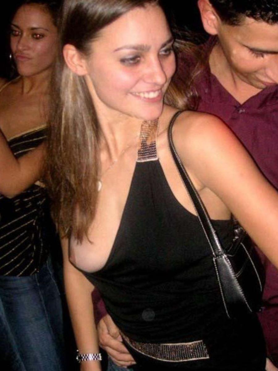 ノーブラ外国人 胸チラ画像 64