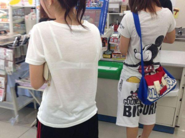 コンビニ 買い物客 ブラ透け パン透け 店内 エロ画像 1