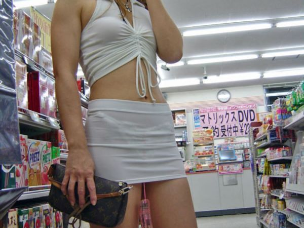 コンビニ 買い物客 ブラ透け パン透け 店内 エロ画像 2