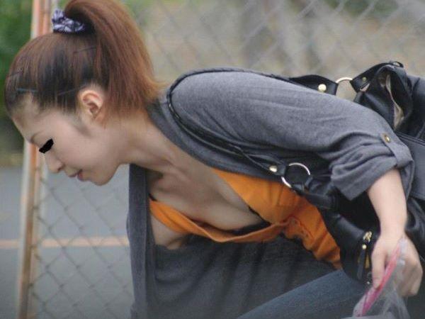 街中 ブラジャー 乳首チラリ 乳首チラ チラ乳首 街撮り エロ画像 1