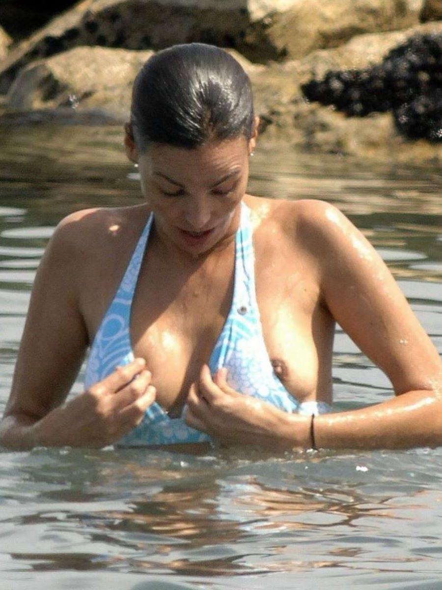 乳首チラリに乳首ポロリの水着エロ画像 7