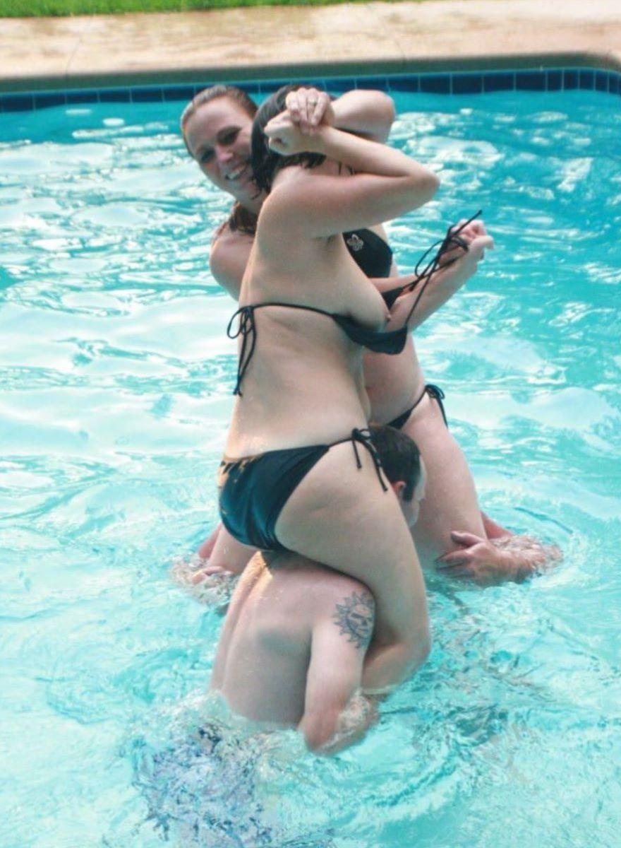 乳首チラリに乳首ポロリの水着エロ画像 18