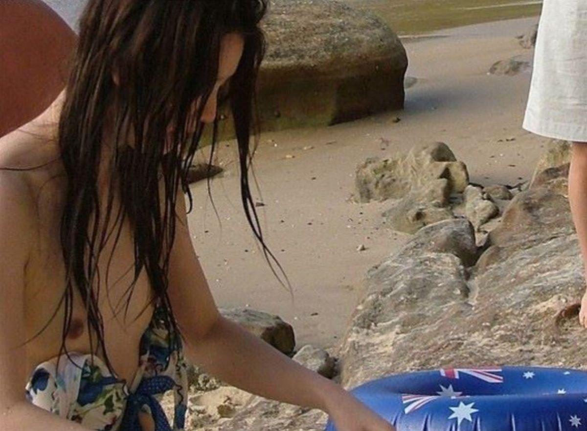 乳首チラリに乳首ポロリの水着エロ画像 27