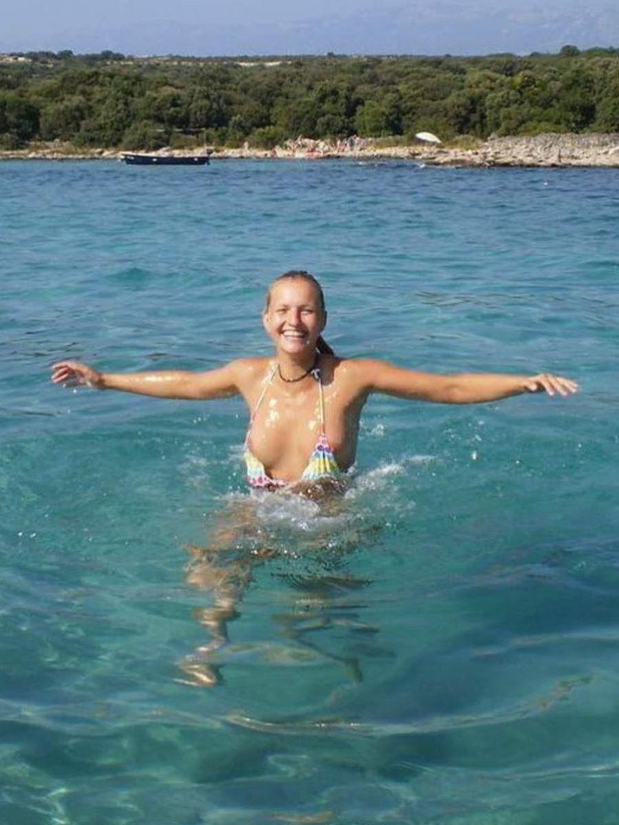 乳首チラリに乳首ポロリの水着エロ画像 31