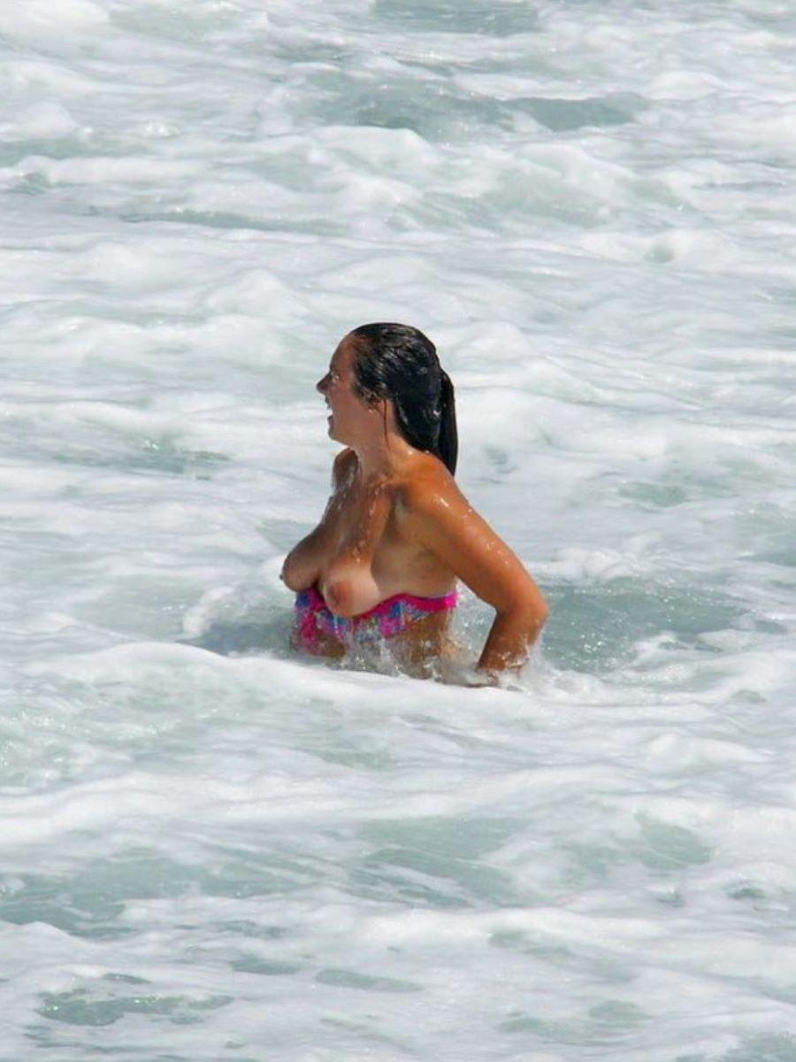 乳首チラリに乳首ポロリの水着エロ画像 32