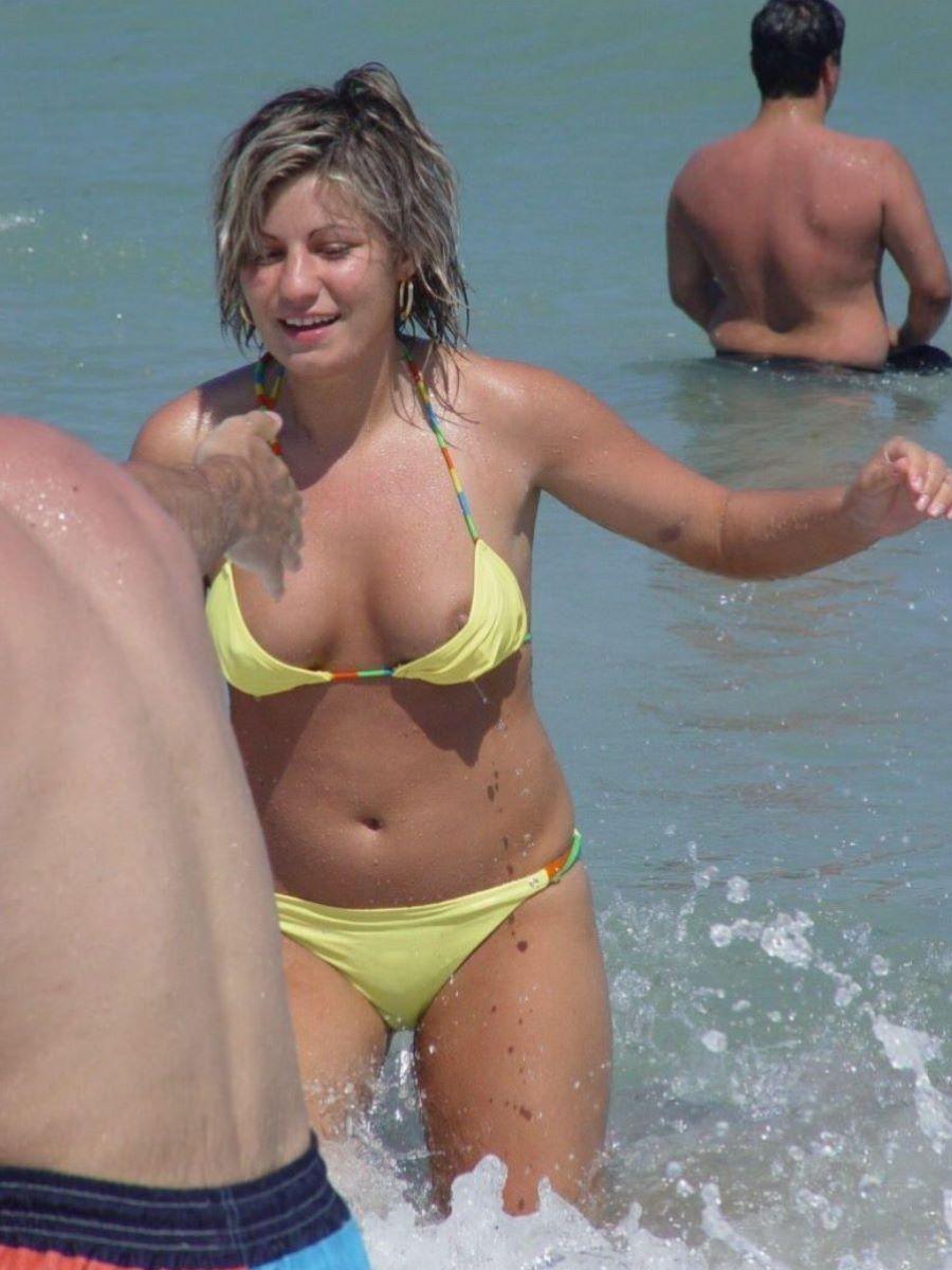 乳首チラリに乳首ポロリの水着エロ画像 55