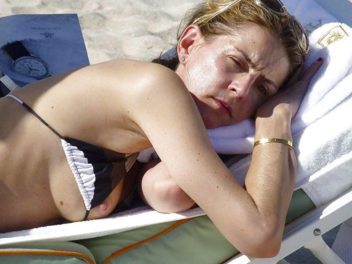 乳首チラリに乳首ポロリの水着エロ画像 57