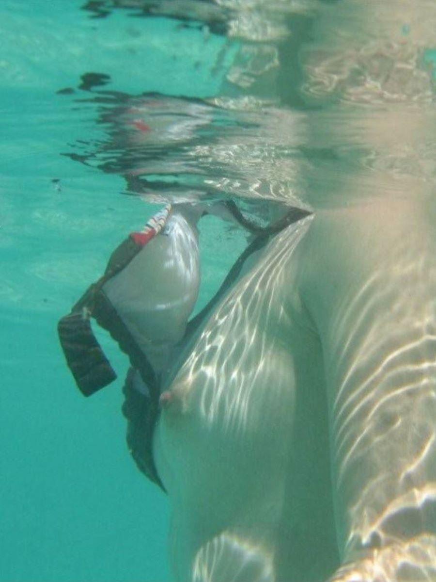 乳首チラリに乳首ポロリの水着エロ画像 71