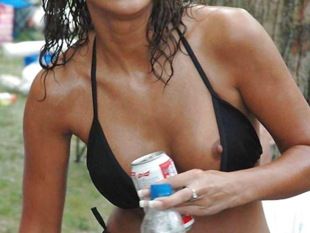 乳首チラリに乳首ポロリの水着エロ画像 88