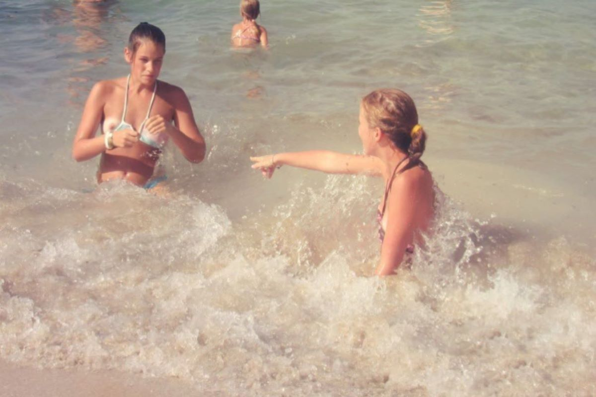乳首チラリに乳首ポロリの水着エロ画像 93