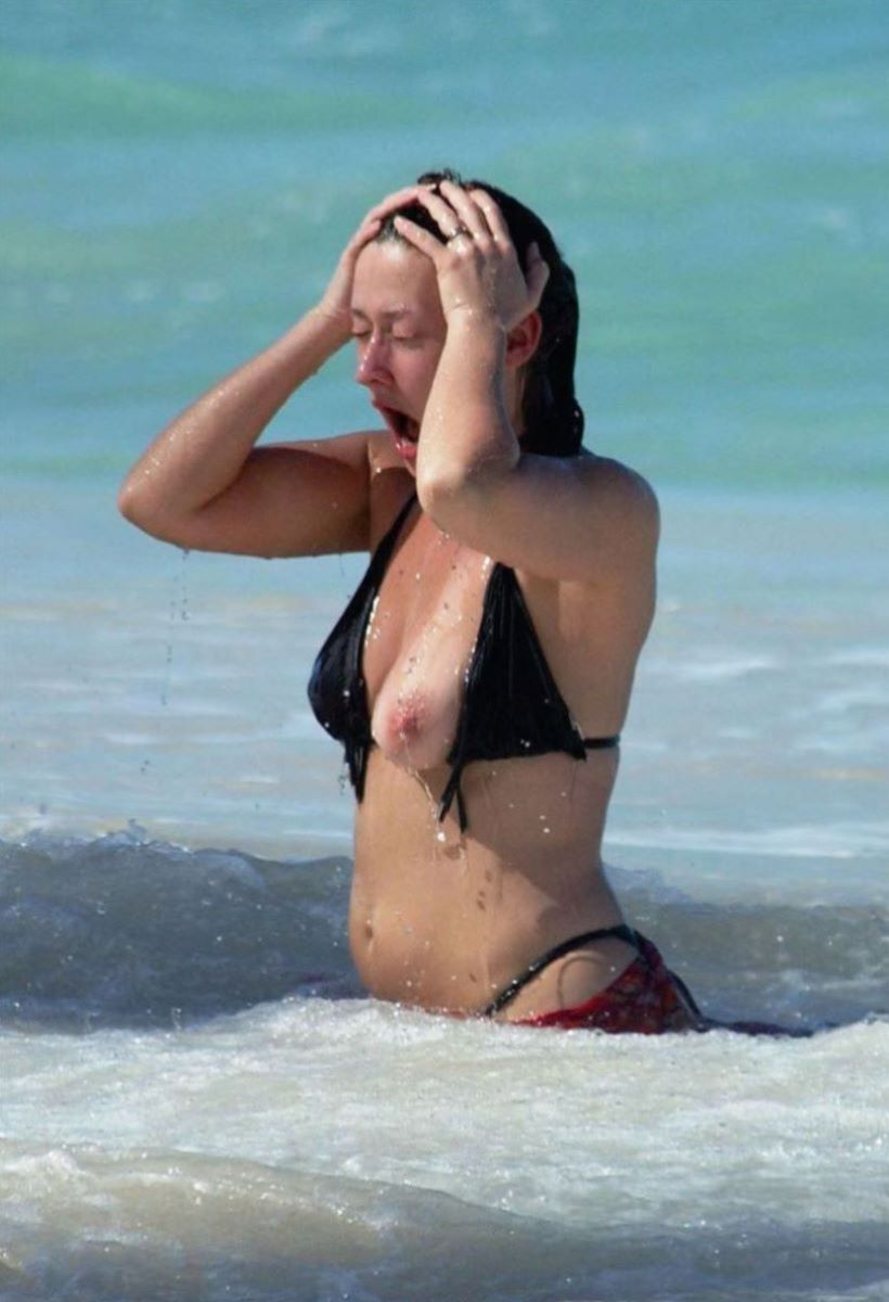 乳首チラリに乳首ポロリの水着エロ画像 103