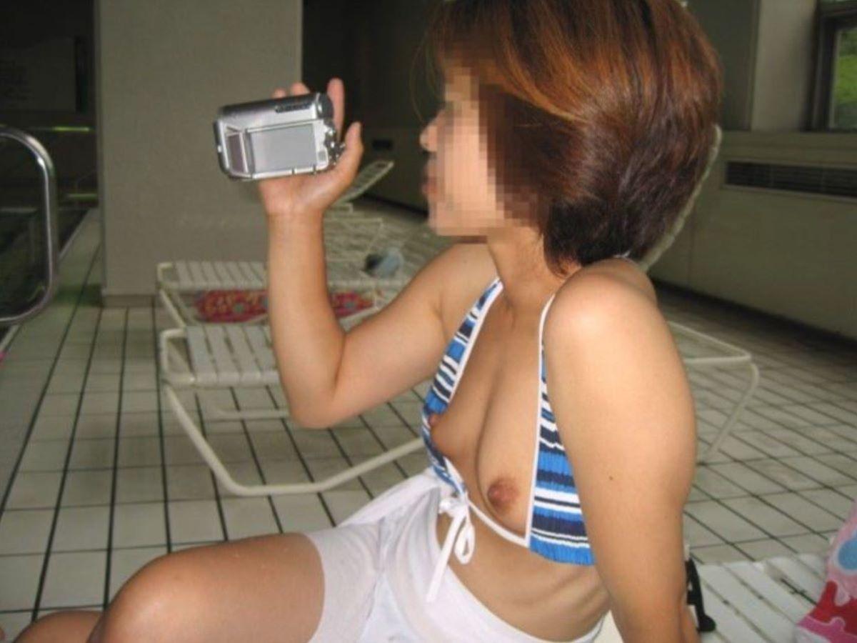 乳首チラリに乳首ポロリの水着エロ画像 114