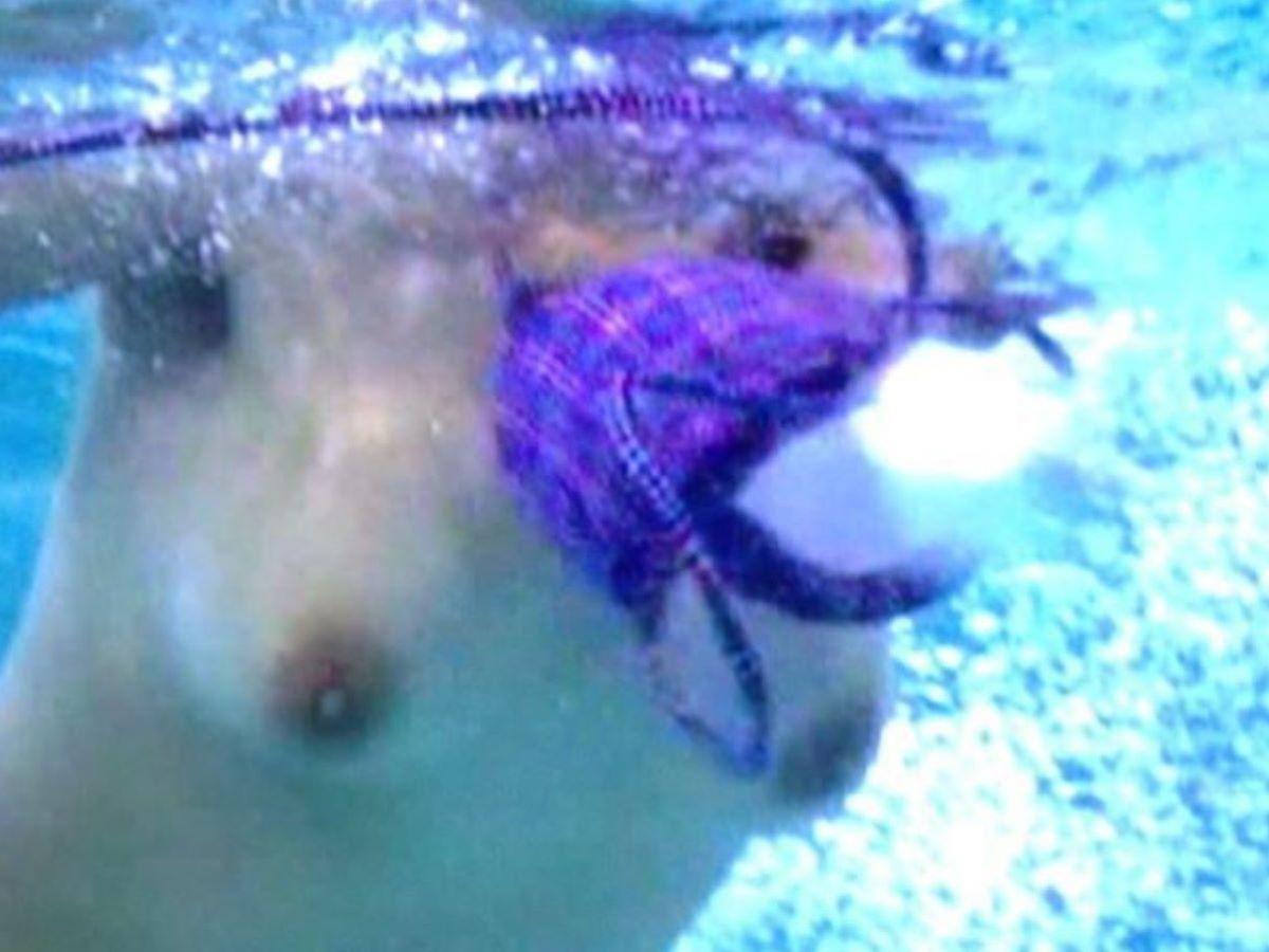 乳首チラリに乳首ポロリの水着エロ画像 117