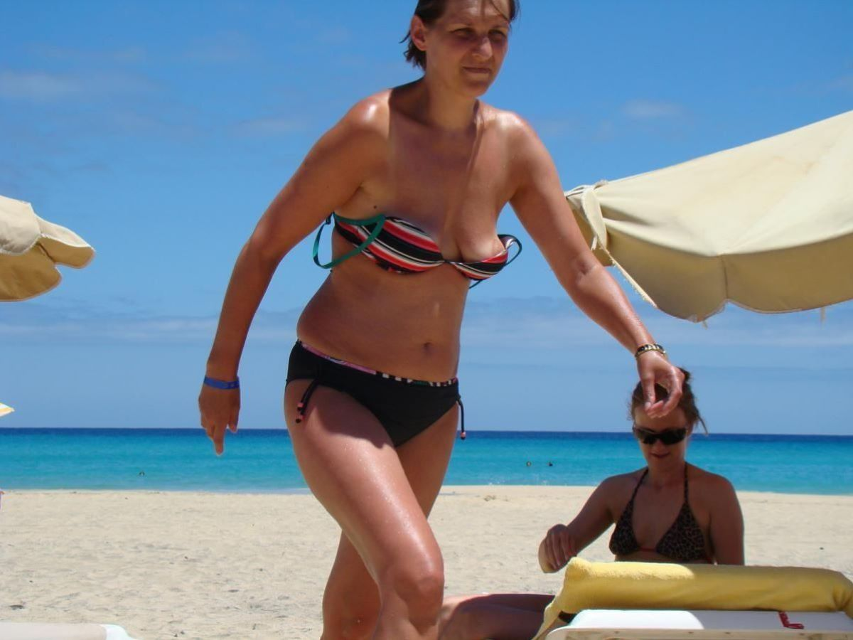 乳首チラリに乳首ポロリの水着エロ画像 119