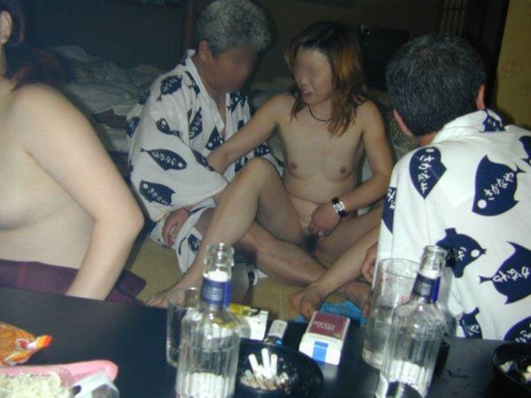 ピンクコンパニオンが素っ裸になる宴会ヌード画像