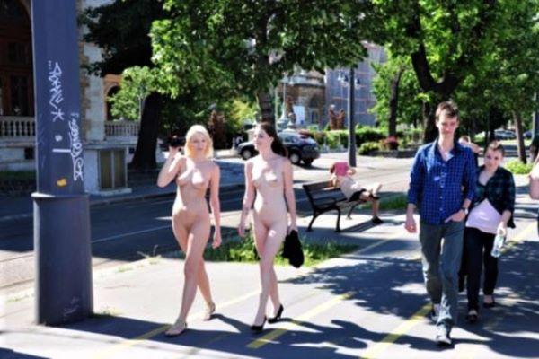 街中 全裸 散歩 イタリア美女 エロ画像 1