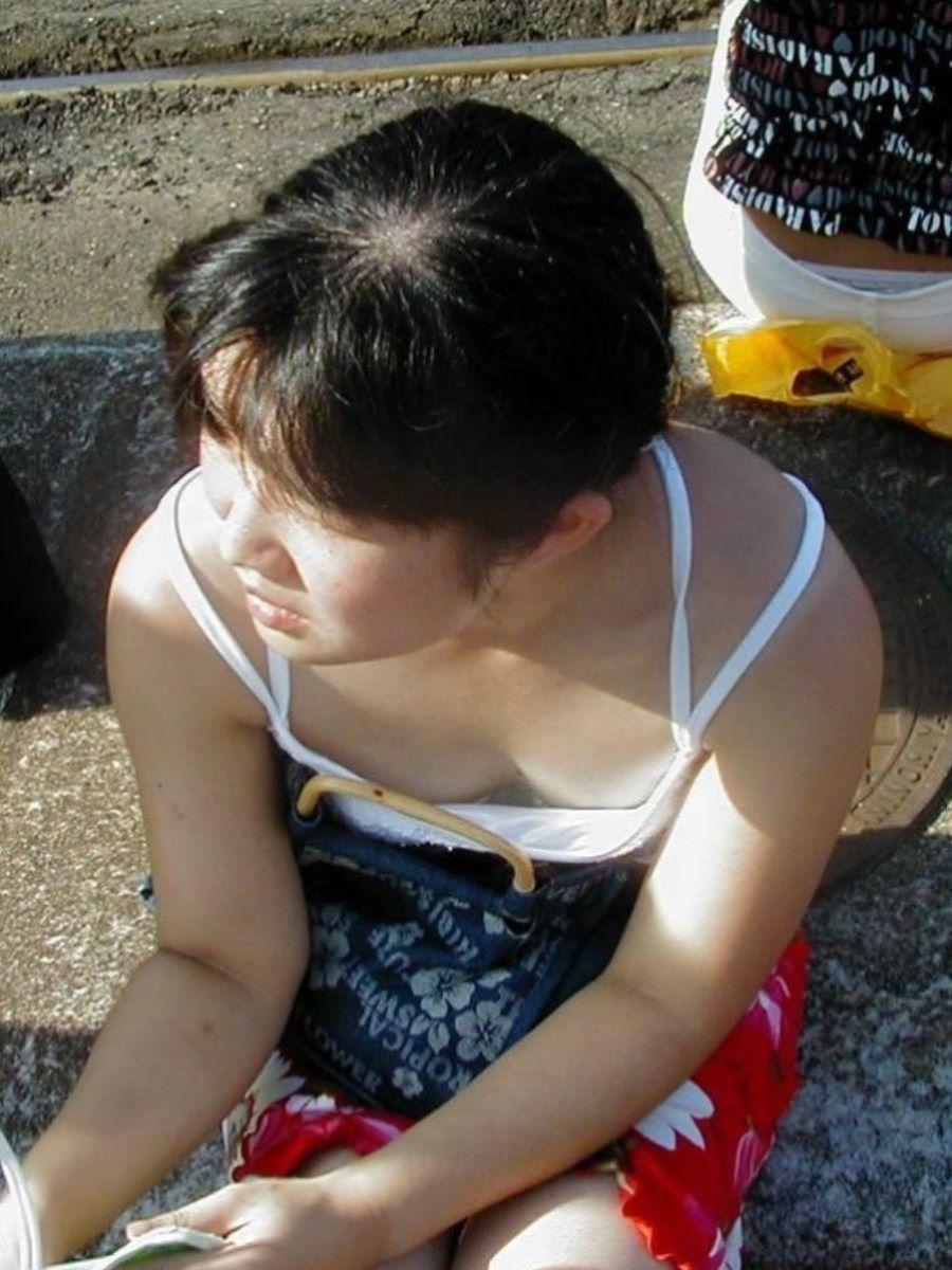 熟女 胸チラ 画像 1