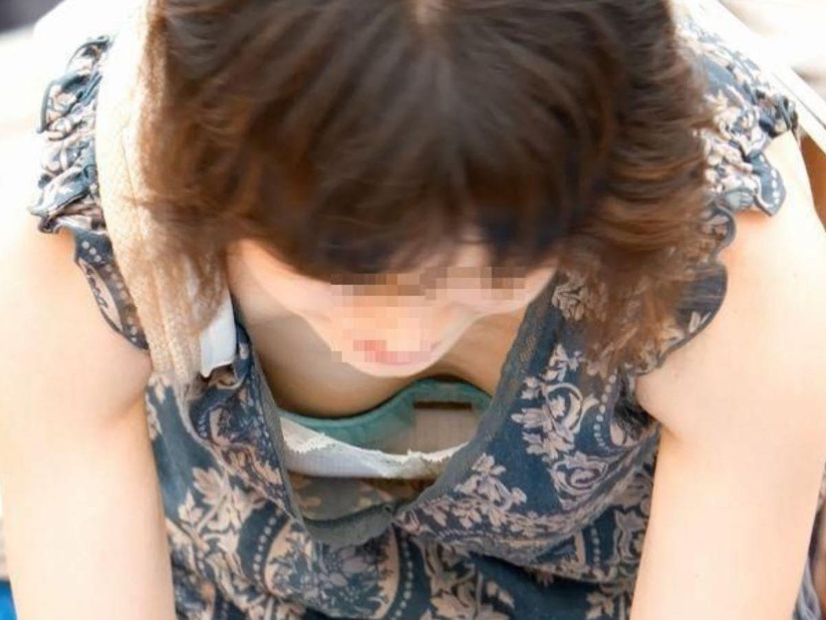 熟女 胸チラ 画像 13
