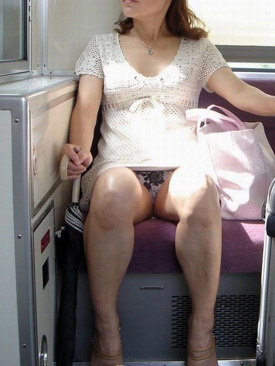電車 対面 パンチラ画像 18