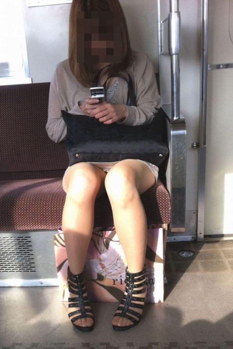 電車 対面 パンチラ画像 31