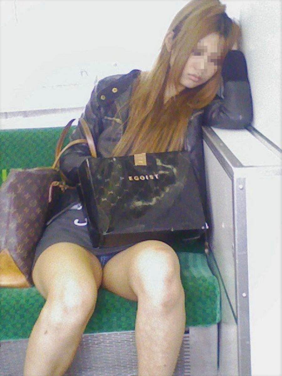 電車 対面 パンチラ画像 39