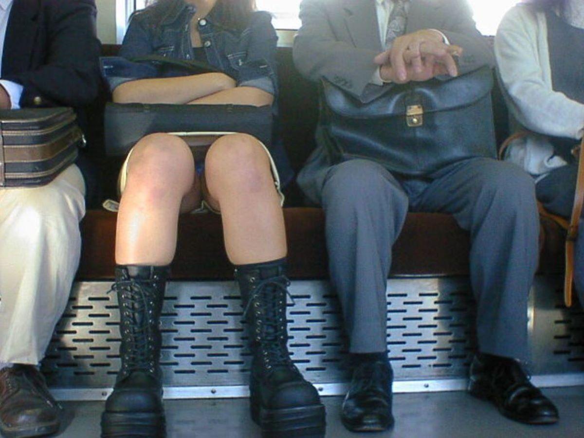 電車 対面 パンチラ画像 50