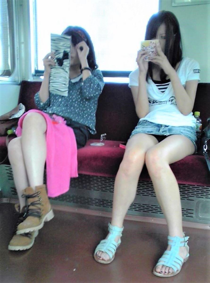 電車 対面 パンチラ画像 68