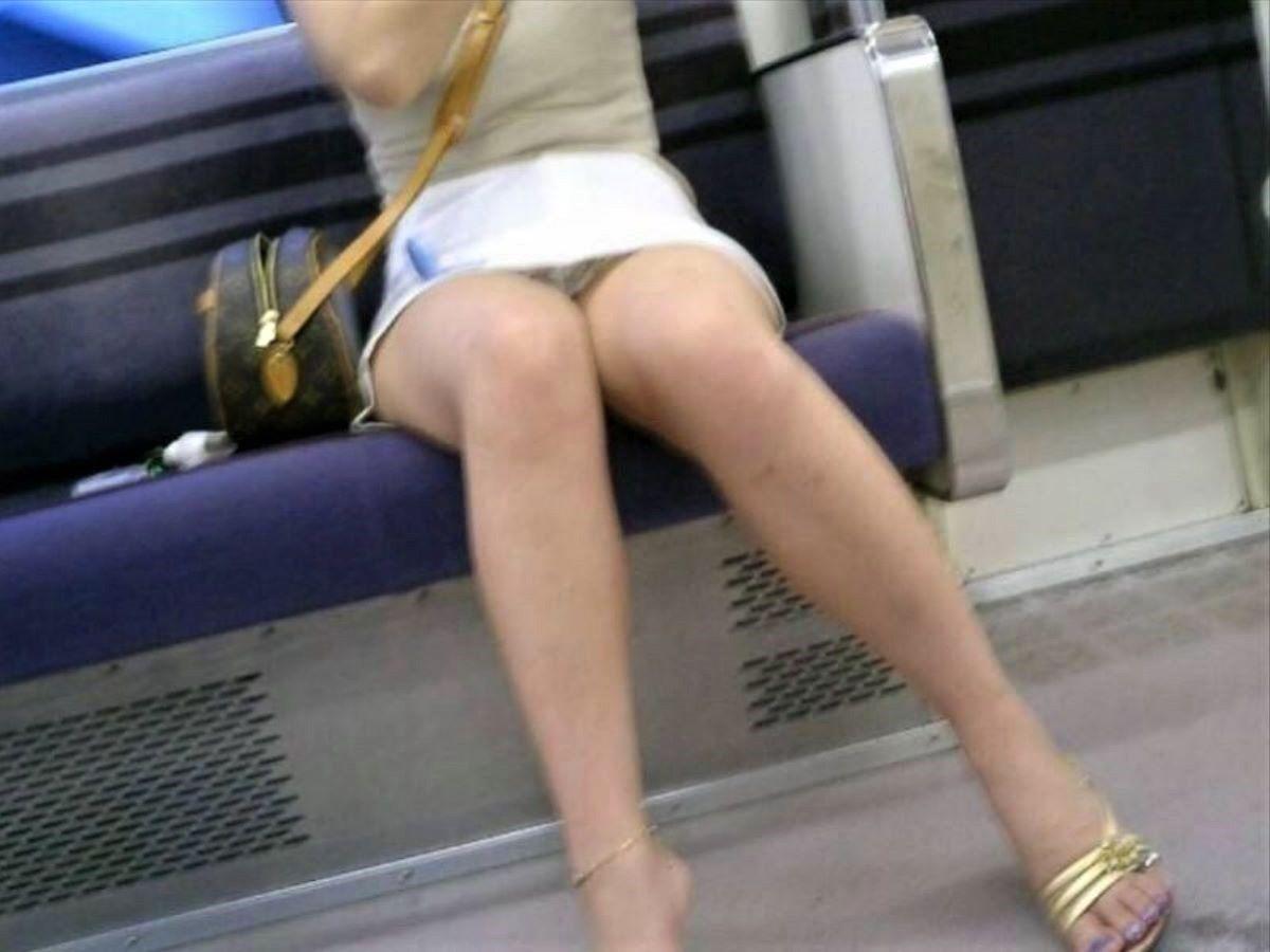 電車 対面 パンチラ画像 150