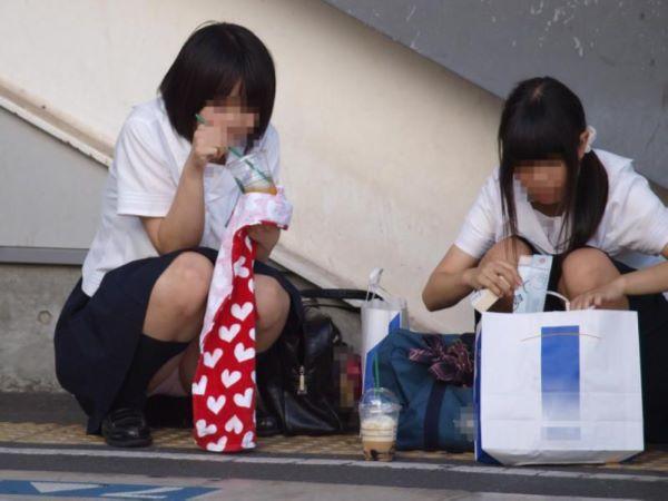電車待ち 女子高生 無警戒 エロ画像 1