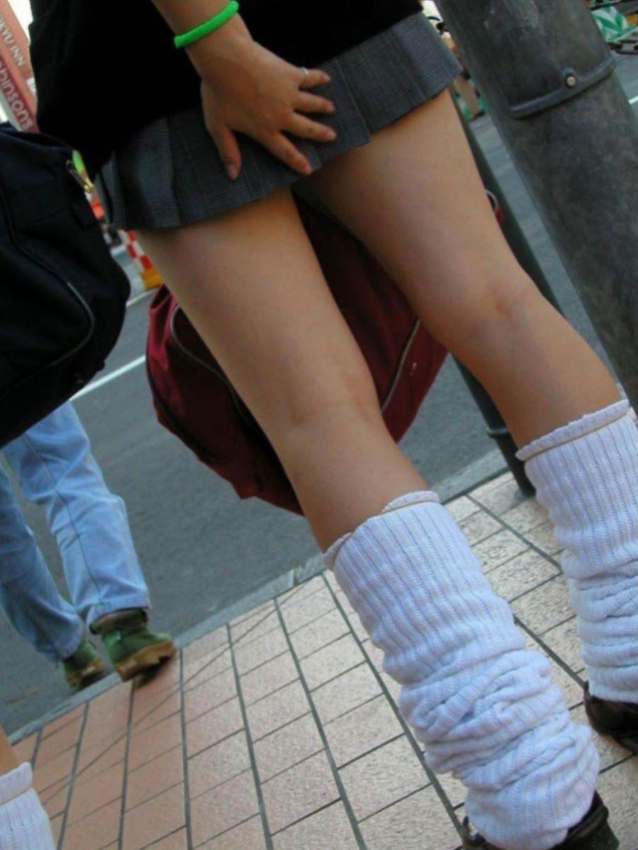 スカート押さえてる JK画像 2