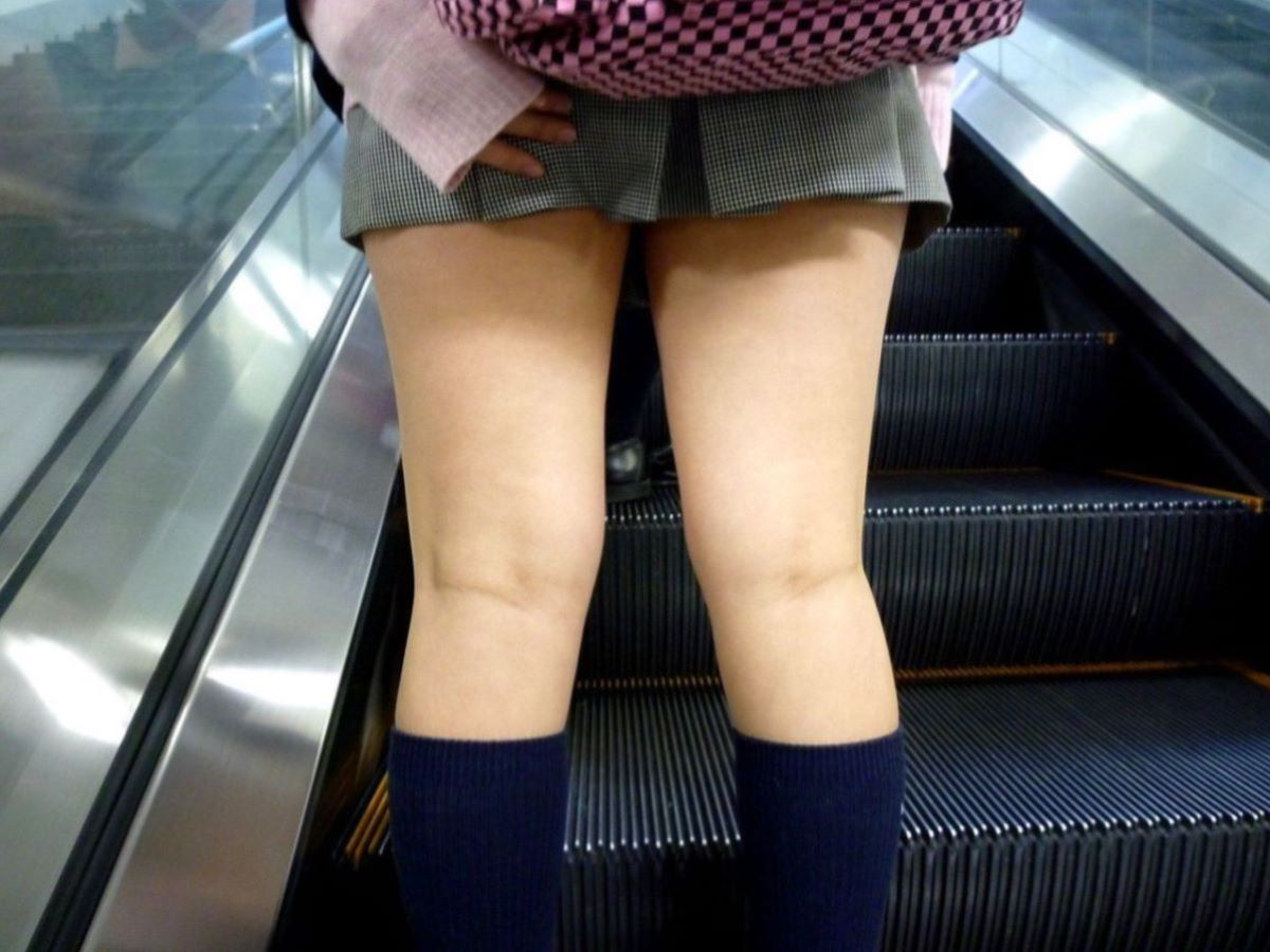 スカート押さえてる JK画像 3