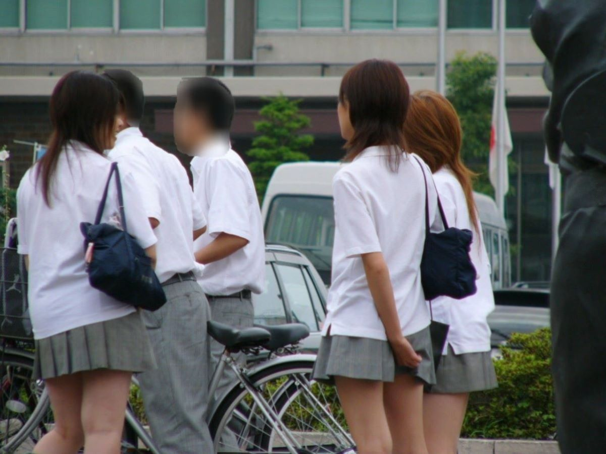スカート押さえてる JK画像 5