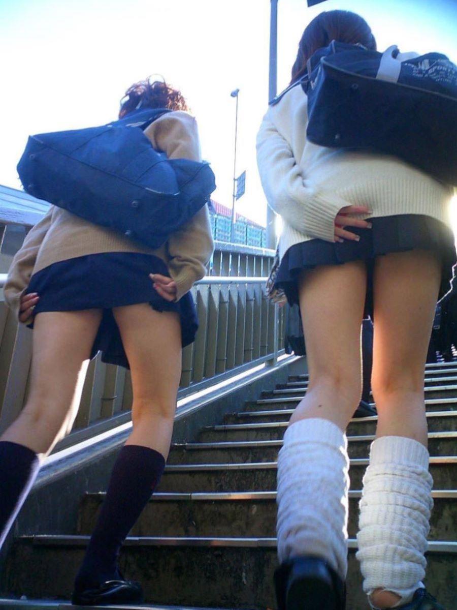 スカート押さえてる JK画像 6