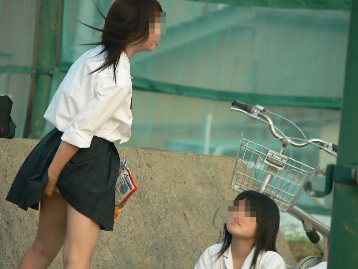 スカート押さえてる JK画像 8